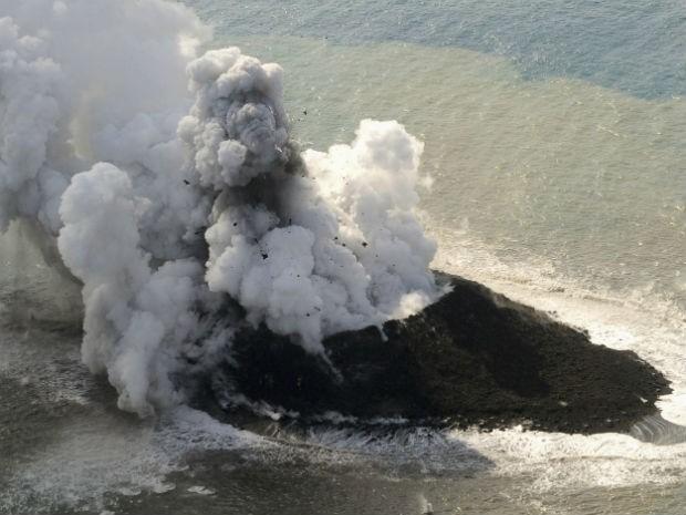 Nova ilha é registrada nesta quinta-feira (21) no Japão (Foto: AP Photo/Kyodo News)