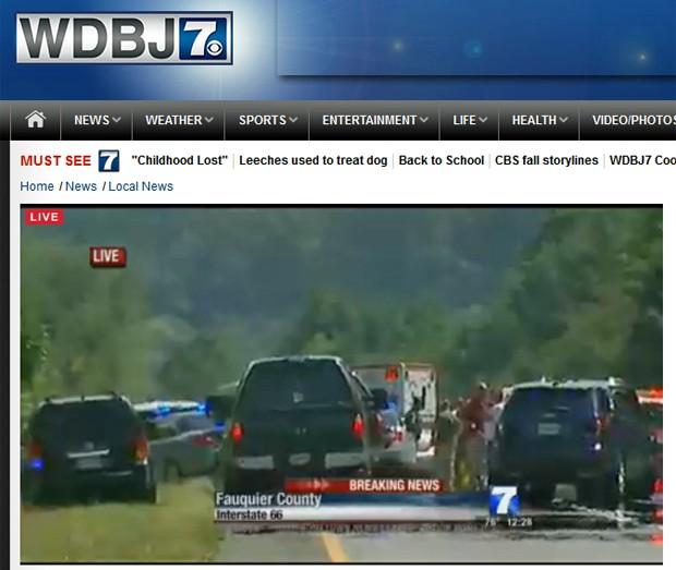 Transmissão da emissora WBDJ7 mostra o local onde o suspeito de matar dois funcionários do canal de televisão foi preso pela polícia da Virgínia, nos EUA, depois de atirar em si mesmo (Foto: Reprodução/WDBJ7)