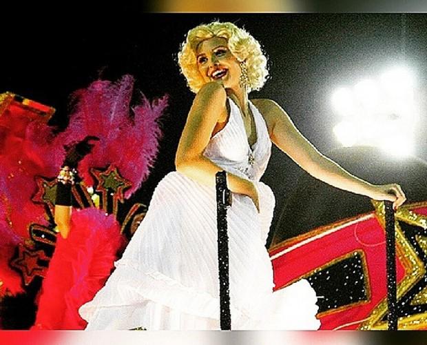 Juliana fantasiada de Marylin Monroe para o desfile da União da Ilha (Foto: Arquivo Pessoal)