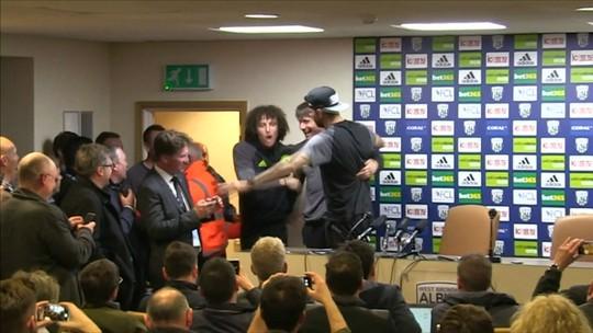 Diego Costa e David Luiz levam Conte embora e encerram coletiva do técnico