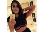Anitta usa look sensual para cantar