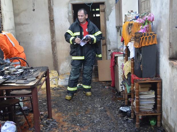 Casa sofre incêndio parcial em Macapá (Foto: Cassio Albuquerque/G1)