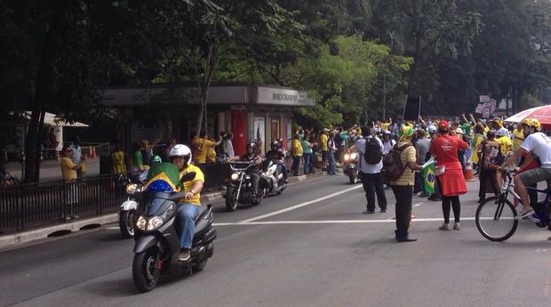 Motociclistas bloqueiam o trânsito na Avenida Paulista (Foto: Bruno Calixto)