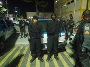 Falsos policiais foram presos em Cabo Frio (Foto: Blog Repórter Eduander Silva)