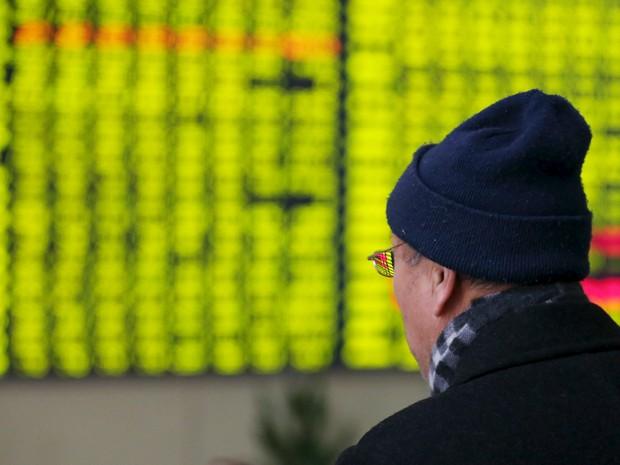 Investidor observa painel de cotações em corretora em Nantong (Foto: Reuters/Stringer )