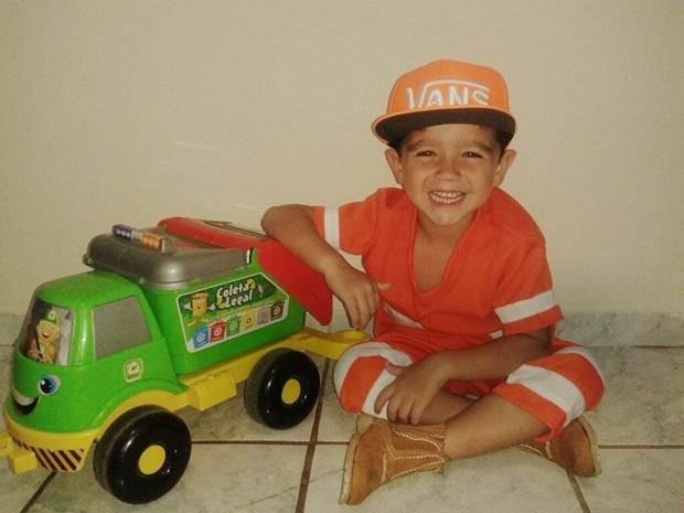 Pietro e um caminhão de reciclável que ganhou na festa (Foto: Arquivo Pessoal)