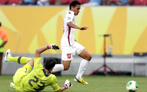 Chong Hue e Martins Silva, Uruguai e Taiti (Foto: Agência Reuters)