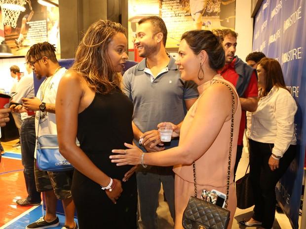 Roberta Rodrigues, grávida, e Carol Sampaio em evento na Zona Oeste do Rio (Foto: Reginaldo Teixeira/ CS Eventos/ Divulgação)