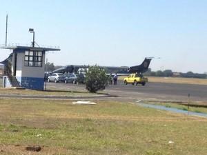 Ministro e comitiva desembarcaram no Aeroporto Internacional de Campo Grande (Foto: Anderson Viegas/ G1 MS)