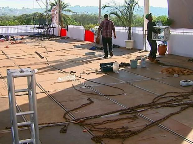 Funcionários da Feife retiraram o que sobrou do tumulto em Porto Ferreira (Foto: Ely Venâncio/EPTV)
