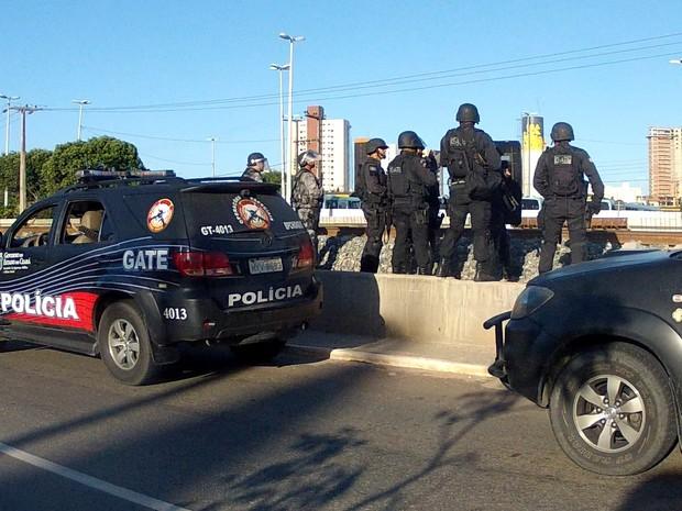 Polícia chegou ao local para conter ato de destruíção dos bancos (Foto: TV Verdes Mares/Reprodução)