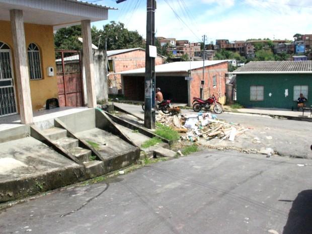 Corpo de morador de rua foi encontrado por moradores neste domingo. Homem foi espancado e esfaqueado (Foto: Ive Rylo / G1 AM)