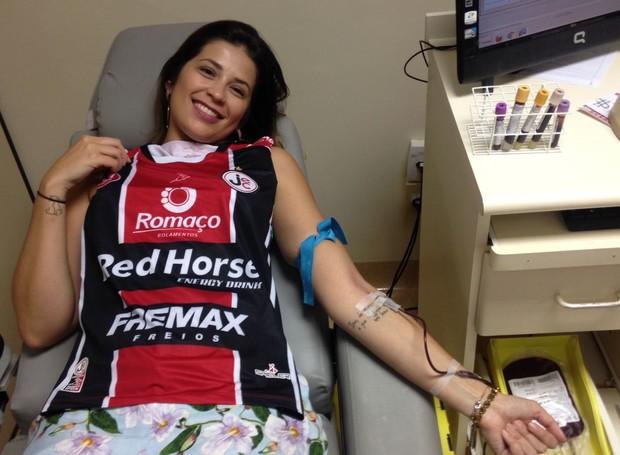 Torcedora do JEC, Luciana Correa também participou da doação (Foto: RBS TV/Divulgação)
