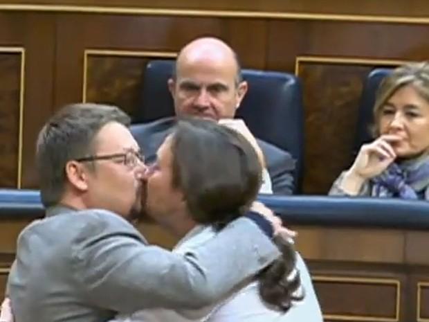 Deputados se beijam durante sessão parlamentar na Espanha (Foto: Reprodução/Youtube/Canal Parlamento)