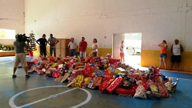 Foram arrecadados 991 presentes em Joinville (Foto: RBS TV/Divulgação)