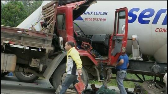Batida entre dois caminhões causa congestionamento em rodovia de Itapeva