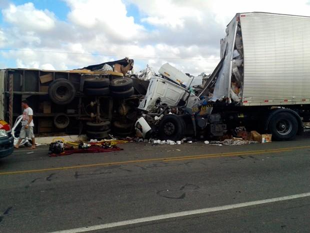 Acidente envolvendo três carretas e dois carros aconteceu na BR-304, no município de Angicos (Foto: Márcio Albuquerque/G1)