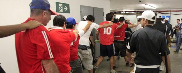 Chilenos detidos Maracanã (Foto: Frank Augstein/AP)