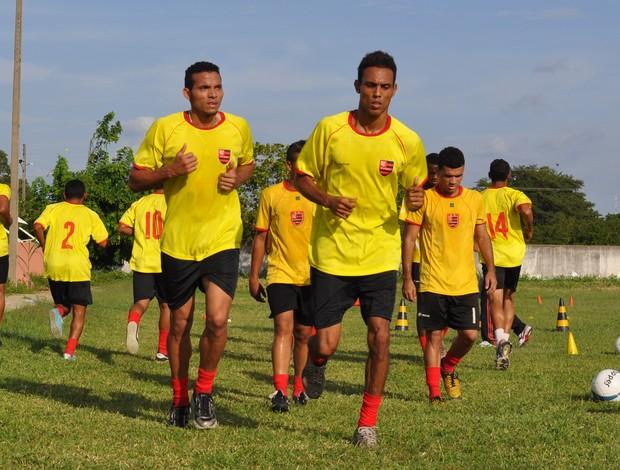Elenco do Flamengo-PI faz treino físico leve em Teresina (Foto: Renan Morais/GLOBOESPORTE.COM)