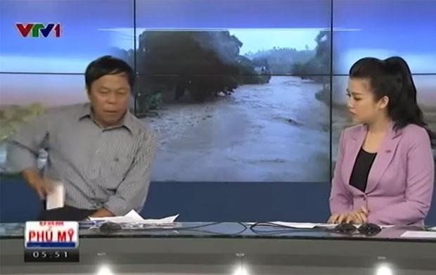 Quando celular toca em programa ao vivo, convidado joga aparelho longe no estúdio (Foto: Reprodução/YouTube/Góc Thư Giãn)