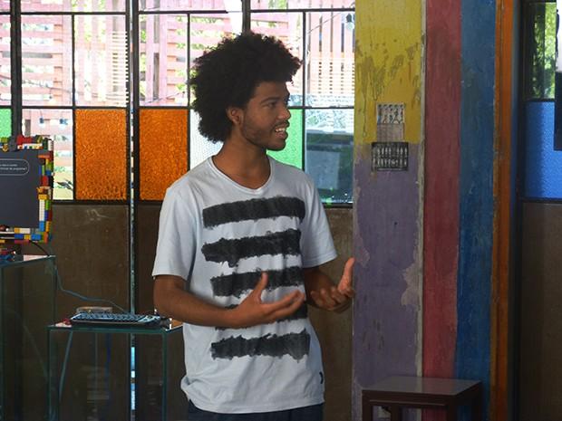René Silva durante a palestra para os jovens da ONG Plugar (Foto: Fato na Rede)