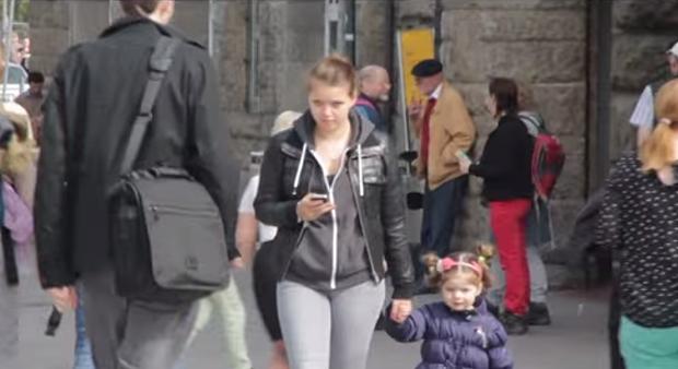 Mãe não desgruda do telefone celular (Foto: Reprodução/YouTube)