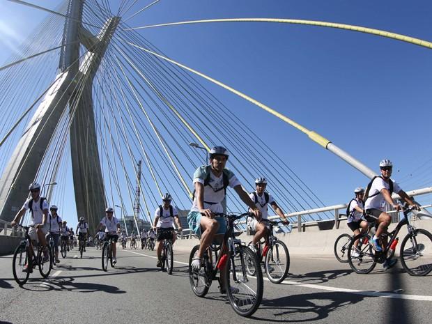 Passeio  teve início na Ponte Octávio Frias de Oliveira (Foto: Vanessa Carvalho/Brazil Photo Press/Estadão Conteúdo)
