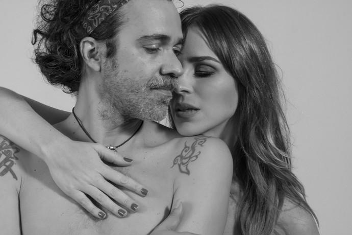 Larissa Bracher posa em clima de intimidade com o marido Paulinho Moska  (Foto: Rafael Iebra / Mayara Carvalho)