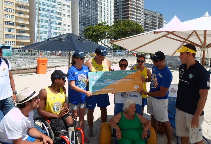 """parceria entre projeto """"praia para todos"""" e rei e rainha do mar (Foto: Luan Sanchez)"""