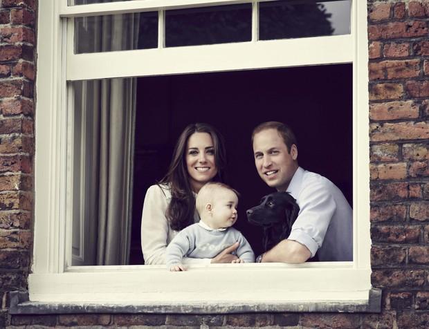 Kate Middleton e príncipe William com o filho, George (Foto: REUTERS/Jason Bell/Pool)