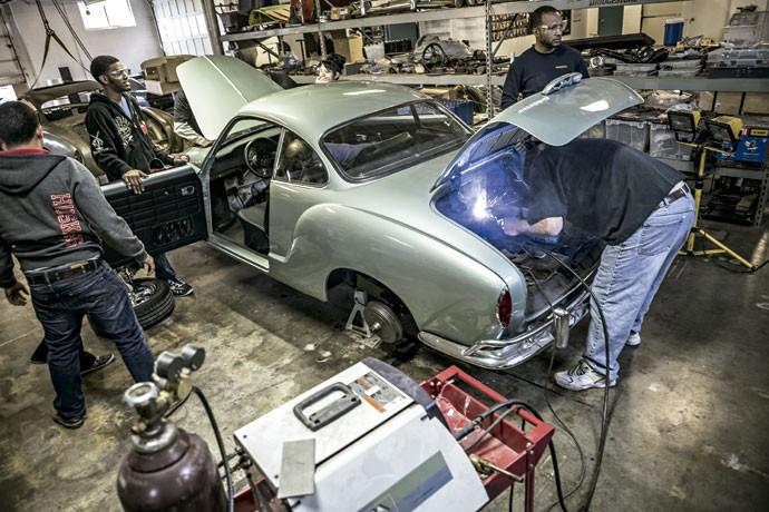 EDUCAÇÃO DIRIGIDA: Na escola Minddrive, em Kansas City, alunos transformaram um Karmann Ghia em um carro elétrico movido a likes nas redes sociais (Foto: Divulgação)