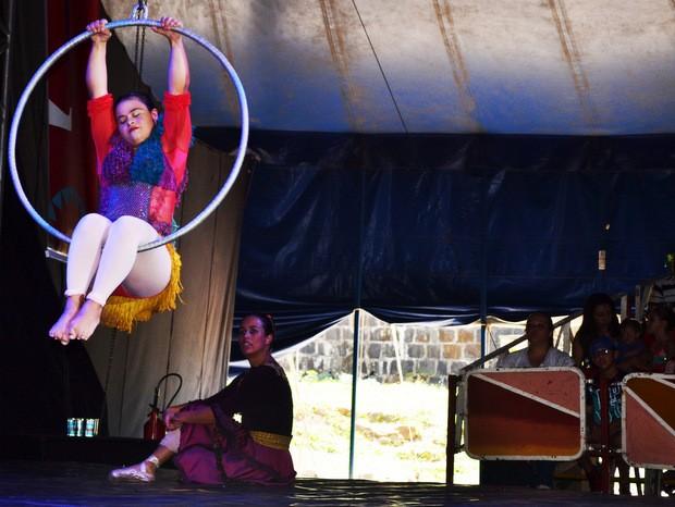 Paloma Fonseca durante apresentação do Festival de Circo em Piracicaba (Foto: Claudia Assencio/G1)