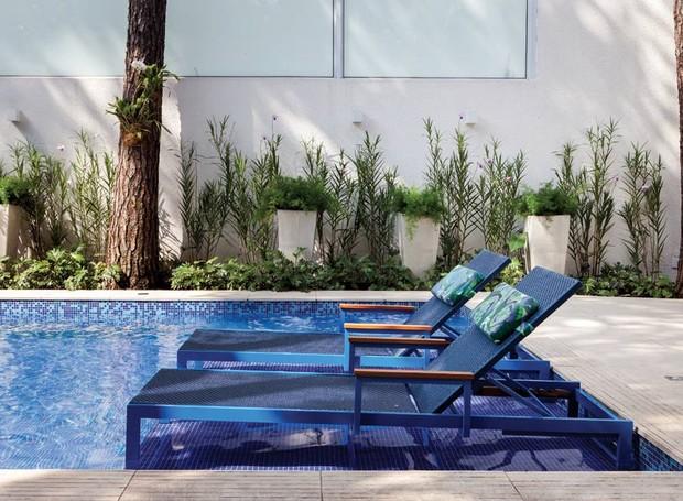 prainha-espreguicadeiras-piscina-vasos-aspargos-orquideas-bambu-forracao-de-xanadus (Foto:  Lufe Gomes/Divulgação)