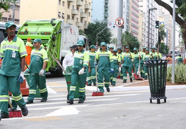 Funcionários da prefeitura de São Paulo realizam mutirão no programa Cidade Linda (Foto: Fabio Arantes/SECOM SP)