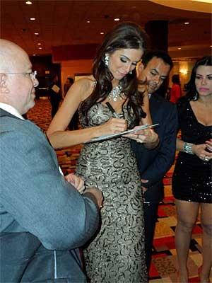 Brasileira foi uma das misses mais assediadas após o concurso. (Foto: Evelyn Rodrigues, especial para o G1 de Las Vegas)