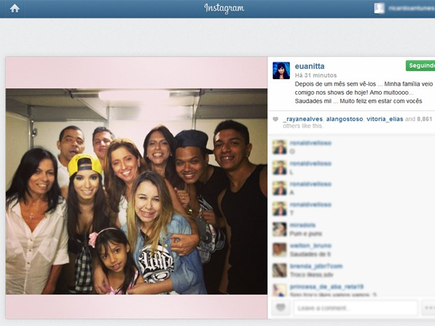 Anitta ao lado de familiares em foto no Instagram neste domingo (25) (Foto: Reprodução / Instagram Anitta)