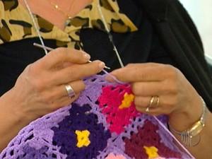 Iniciativa Tricô do Bem ajuda mães em Mogi das Cruzes (Foto: Reprodução/TV Diário)