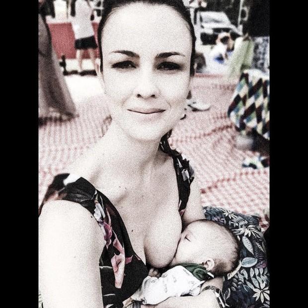 Carolina Kasting posa amamentando o filho (Foto: Reprodução / Instagram)