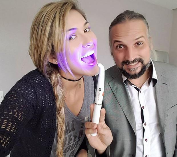 Lívia Andrade e o dentista Normando Scarabotto  (Foto: Reprodução/Instagram)