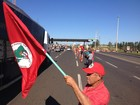 Sem-terra invadem praças de pedágio e liberam cancelas no Paraná