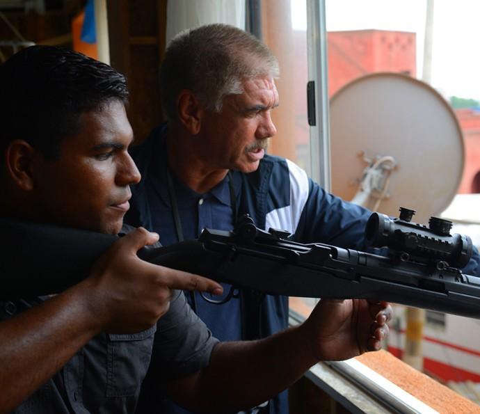 Tio acata ordem de Gibson e manda capanga atirar em Romero (Foto: Pedro Carrilho/ Gshow)