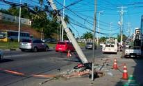 Veículo capota, atinge poste e três ficam feridos na Estrada do Coco (Divulgação/Secretaria de Transito Transporte de Lauro de Freitas)