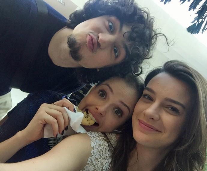 Mariana Molina se diverte nos bastidores das gravações com Gabriel Leone e Agatha Moreira (Foto: Arquivo Pessoal)