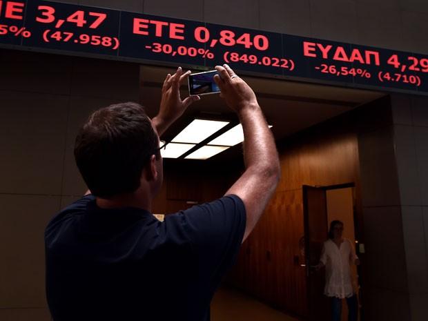 Bolsa de Atenas reabriu nesta segunda-feira e chegou a cair mais de 22% (Foto: AFP)