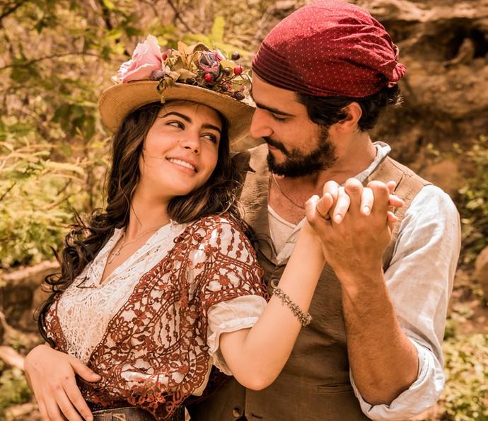 Maria Tereza e Santo são o casal de protagonistas de 'Velho Chico'; na primeira fase, eles serão vividos por Julia Dalavia e Renato Goes (Foto: Caiuá Franco/ Globo)