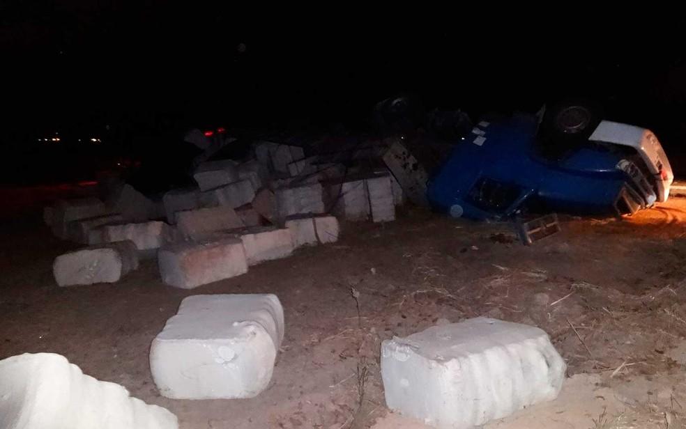 Fardos de algodão espalhados após o caminhão tombar na BR-135, em Barreiras (Foto: Jadiel Luiz/Blog SigiVilares)