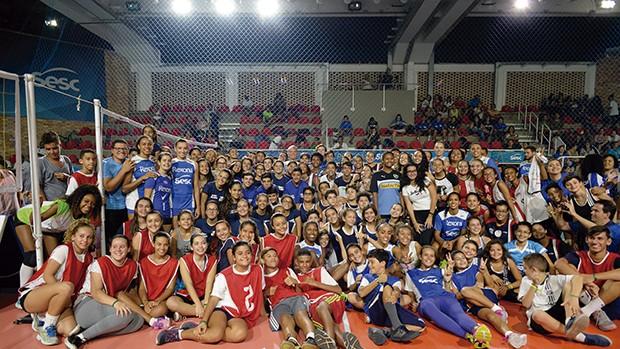 Equipes das clínicas esportivas do Sesc RJ: jovens em contato com seus ídolos (Foto: Erbs Jr.)