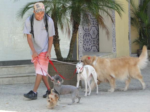 Pilha anda pelas ruas do bairro com um monte de cachorros (Foto: Malhação / Tv Globo)