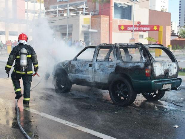 Bombeiros estiveram no local para apagar o incêndio dentro do veículo. (Foto: Walter Paparazzo/G1)