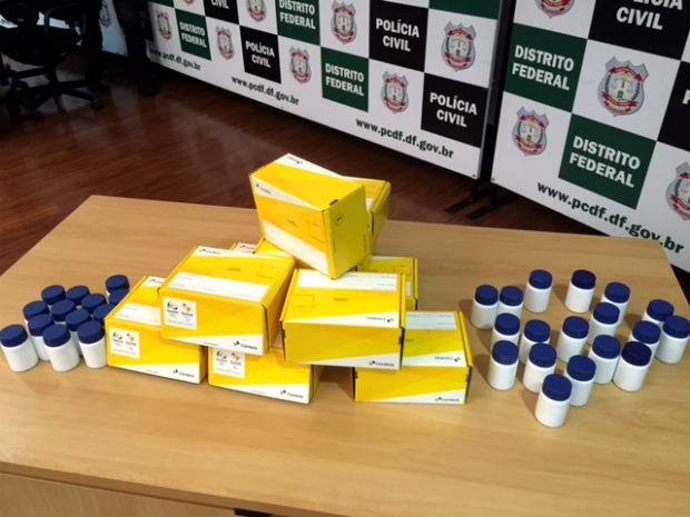 Embalagens utilizadas na venda de remédio ilegal com supostas propriedades anticâncer no DF (Foto: Polícia Civil/Divulgação)